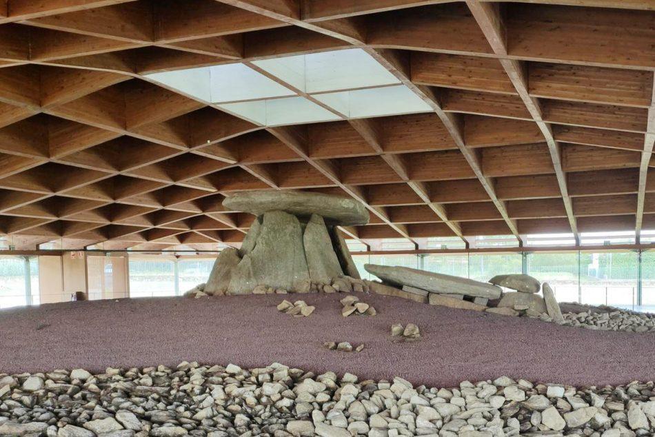El Dolmen de Dombate aparca temporalmente su polémica programación cultural para lavar su imagen en «A luz da Ciencia»