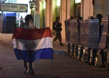 La policía reprime protestas contra el presidente Abdo Benítez en Paraguay