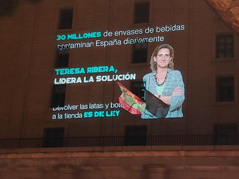 El Ministerio de Transición ecológica aparece engalanado con miles de latas y botellas de todo el Estado español