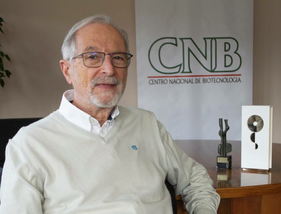 """Luis Enjuanes, virólogo del CSIC: """"Vamos a por una vacuna intranasal y de una sola dosis muy potente"""""""
