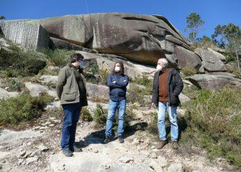 Anova comprométese a levar adiante iniciativas en defensa da paisaxe protexida dos Penedos de Pasarela e Traba fronte ao parque eólico Monte Chan