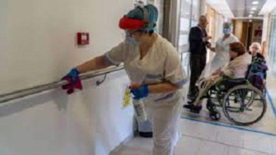 """Clece """"Hospital Poniente"""" no lava y descontamina la ropa del personal de limpieza"""