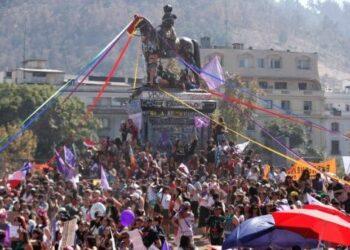 Miles de mujeres marchan este 8 de marzo en Chile