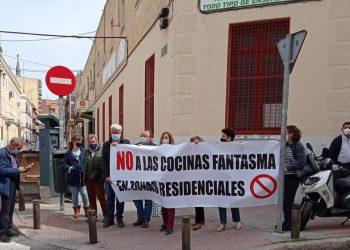 Concentración vecinal ante el Ayuntamiento de Madrid para protestar contra las cocinas fantasma