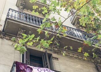 El mural feminista que nacía en Ciudad Lineal se multiplica y llega ahora a los balcones de Leganés