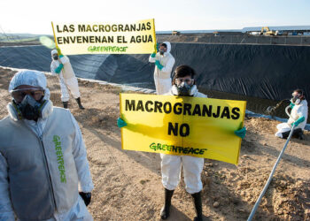 En el Día del Agua, Greenpeace devuelve una tonelada de agua contaminada a la macrogranja de Caparroso para exigir legislación más ambiciosa