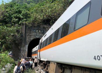Decenas de muertos y heridos al descarrilarse un tren en un túnel en Taiwán