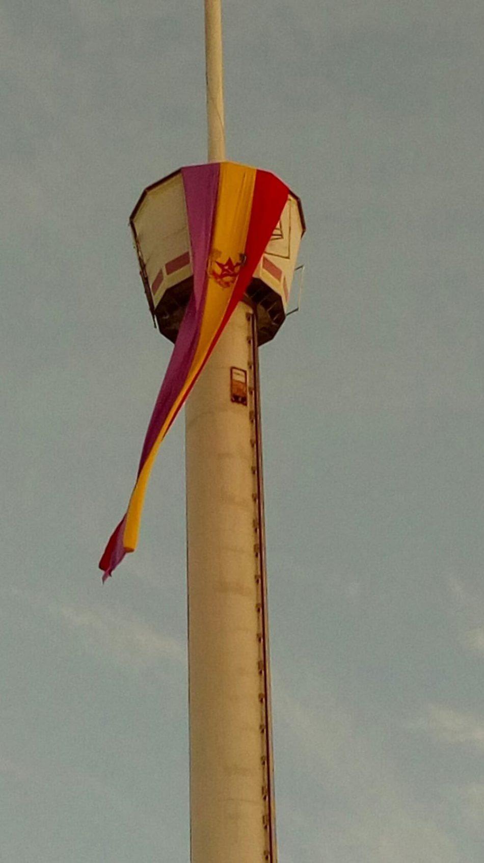 La Torre Banesto de Sevilla amaneció con una enorme bandera de la II República