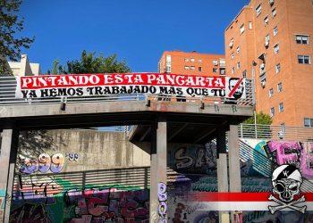Bukaneros a Santiago Abascal: «Pintando esta pancarta ya hemos trabajado más que tú»