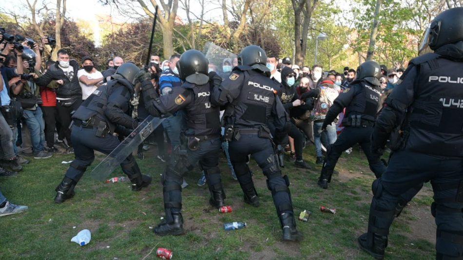 Santiago Abascal desata la violencia en el acto de Vox en Vallecas, tras avanzar hacia los manifestantes antifascistas