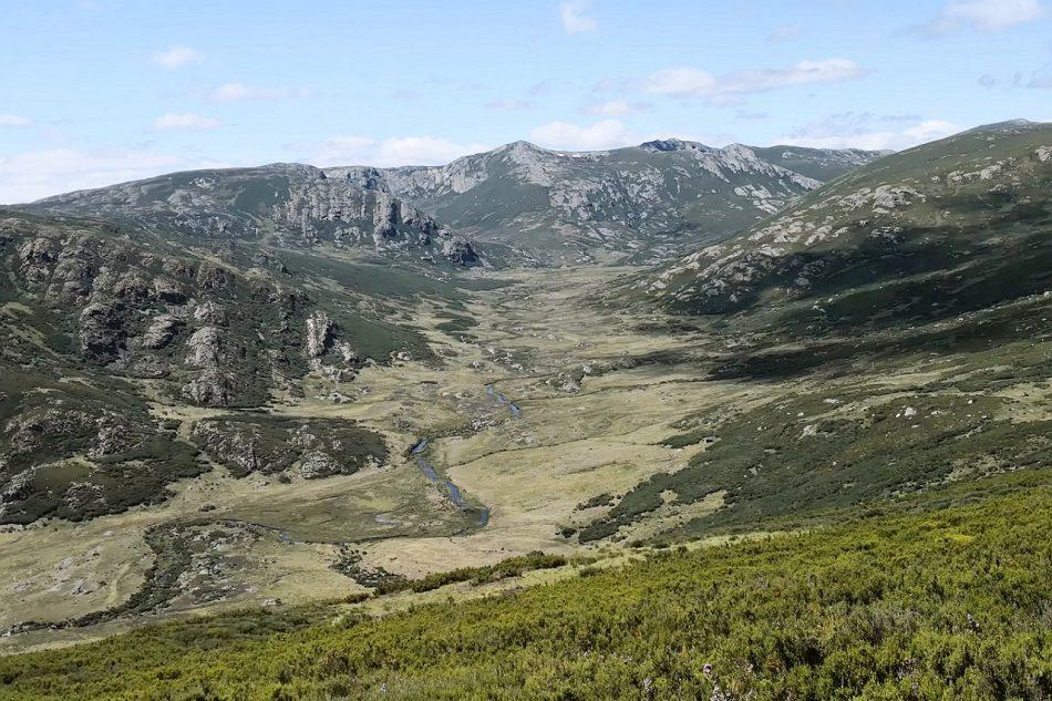 Salvemos Cabana alerta de la incompatibilidad de los parques eólicos Prada y Alto Cabrera con el turismo de montaña en el entorno de Peña Trevinca