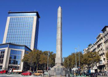 Barcelona retira el escudo de Juan Carlos I del obelisco de la plaza Cinc d'Oros