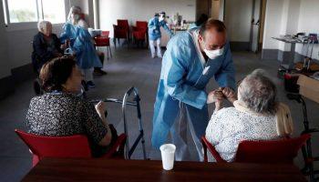 Fallecimientos por Covid-19 en residencias para mayores caen de 771 semanales hace dos meses a solo dos gracias a las vacunas