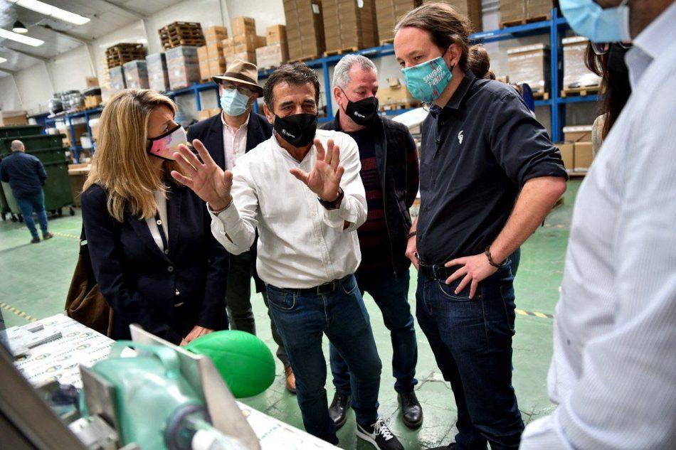 Unidas Podemos pide impulsar una banca pública durante la visita de Pablo Iglesias y Yolanda Díaz a una empresa metalúrgica
