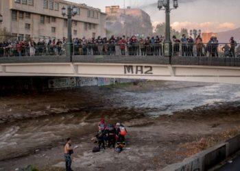Impunidad en Chile: el informe pedido por la defensa aseguró que ex carabinero no empujó a joven en el puente Pío Nono