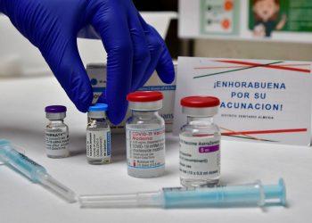 Combinar una dosis de AstraZeneca con otra de Pfizer es eficaz y seguro