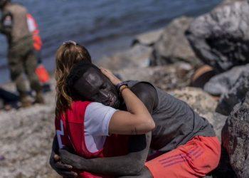 Apoyo desde las redes sociales a Luna, la voluntaria de la Cruz Roja acosada por la extrema derecha machista y racista