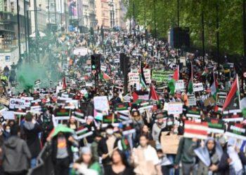 Miles de personas marchan en Londres en solidaridad contra los ataques israelíes en Gaza