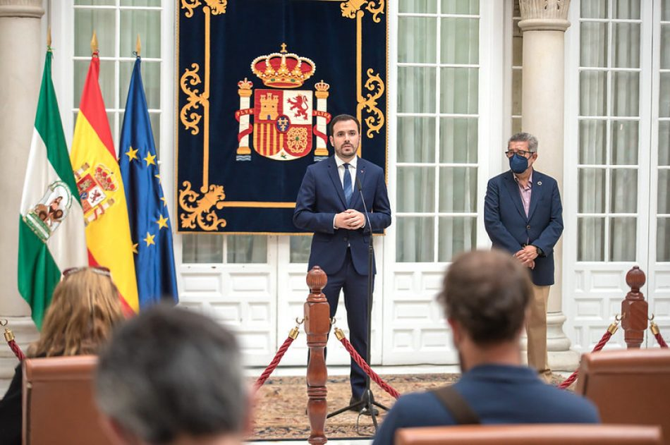 Alberto Garzón pide a la Junta de Andalucía que permita a los ayuntamientos modificar sus planes urbanísticos para limitar la expansión de casas de apuestas