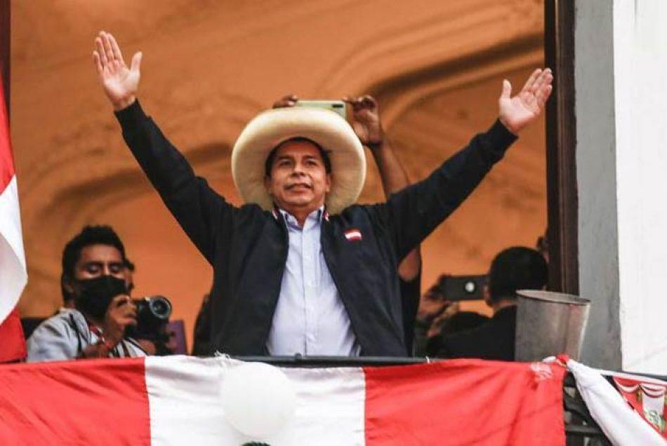 Llegan manifestantes a celebrar victoria de Castillo en Perú