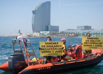 Puestos en libertad los dos activistas detenidos tras la protesta pacífica de Greenpeace en Barcelona para exigir una recuperación verde y justa