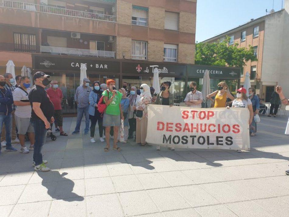 La plataforma vecinal Stop Desahucios Móstoles se concentra frente al Ayuntamiento de  Móstoles para protestar por el desamparo de una familia del municipio