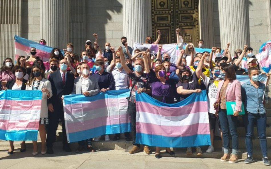 Los colectivos trans y de familias indignados con la ley que quiere imponer el PSOE