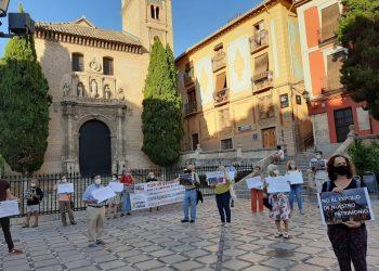 Decenas de personas convocadas por Granada Laica reclamaron frente a 'Santa Ana' la devolución del patrimonio público 'robado' por la Iglesia