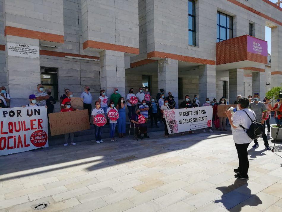 Las familias de Salobreña, en riesgo de desahucio, exigen al Ayuntamiento su intervención