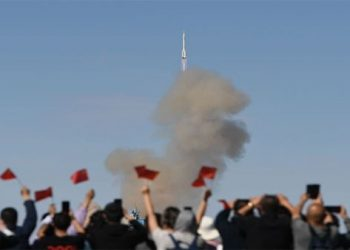 China lanza nave tripulada para construcción de estación espacial