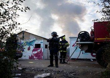 Desmantelan campo de migrantes en Calais, Francia