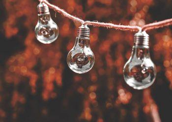 FACUA analiza 15 ofertas de luz: Holaluz e Iberdrola, las más caras con discriminación horaria