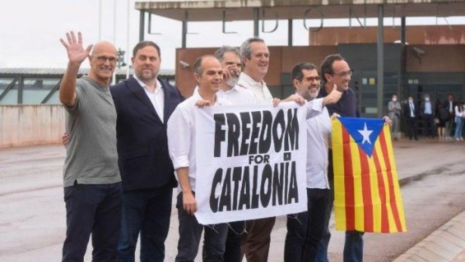 Independentistas catalanes salen de prisión tras indultos