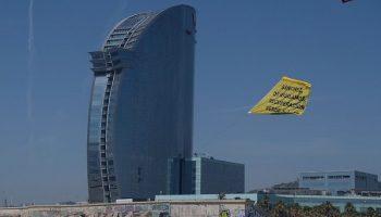 Greenpeace interrumpe la llegada de Pedro Sánchez a un acto sobre la reconstrucción económica para exigirle una recuperación verde y justa
