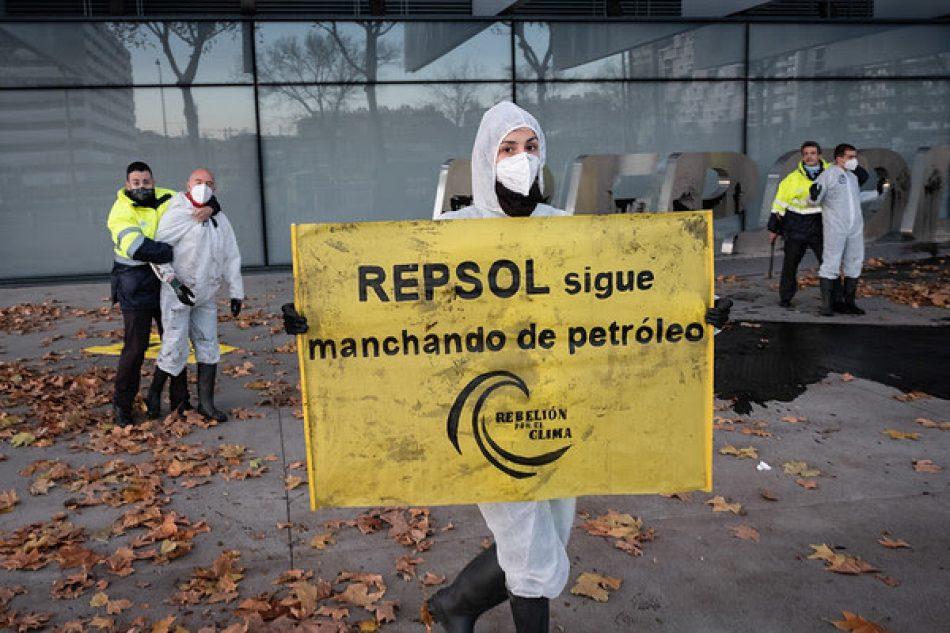 Absueltos los ocho activistas denunciados por Repsol por protestar en su sede por sus desmanes climáticos