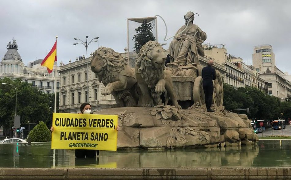 """Greenpeace le pone """"oxígeno"""" a la Cibeles para exigir ciudades más verdes"""