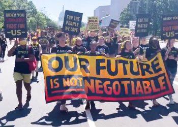 Arrestan a decenas de activistas que exigían medidas para combatir la crisis del cambio climático en EE.UU.