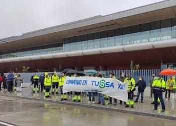 O persoal dos autobuses urbáns de Santiago de Compostela mobilízase en demanda dun convenio que unifique as súas condicións laborais