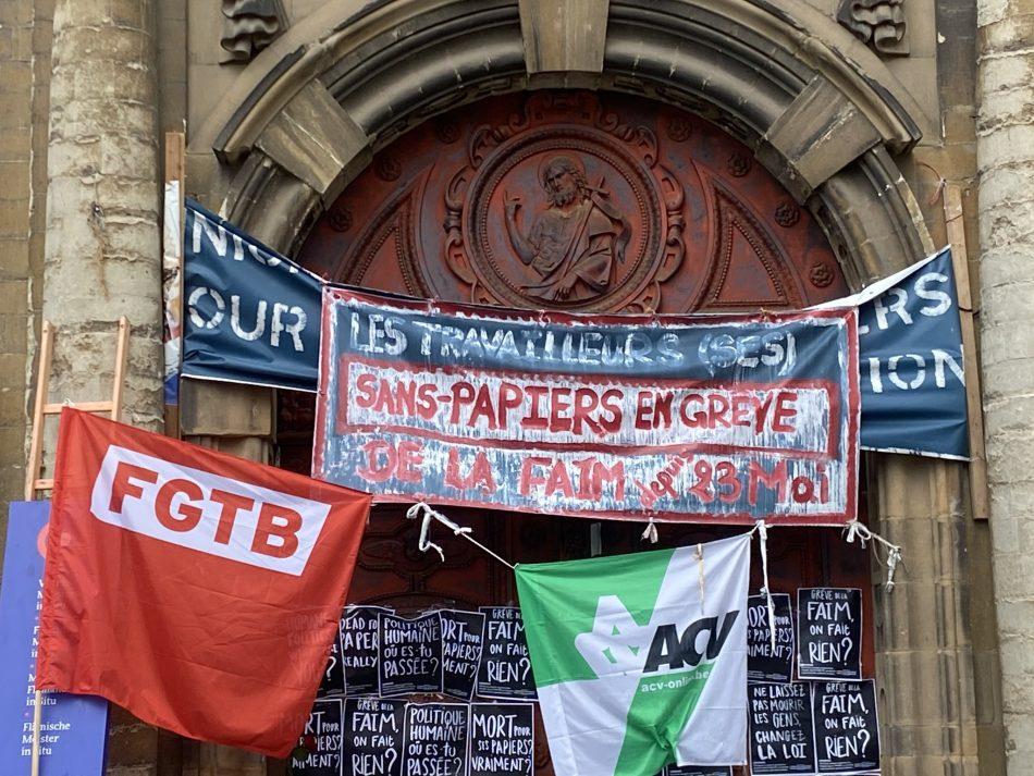 «Apoyamos al colectivo de migrantes sin papeles, en huelga de hambre desde hace varias semanas, encerrados en una iglesia de Bruselas»