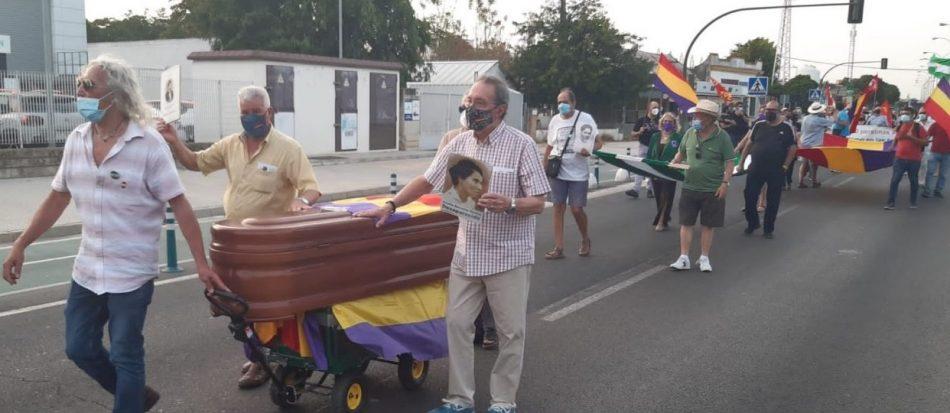 Un simbólico cortejo fúnebre exige la salida del genocida Queipo de Llano de la Macarena: #FascismoNuncaMás