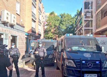 Decenas de antidisturbios acordonan Vallecas para desahuciar a una pareja y sus cuatro hijos