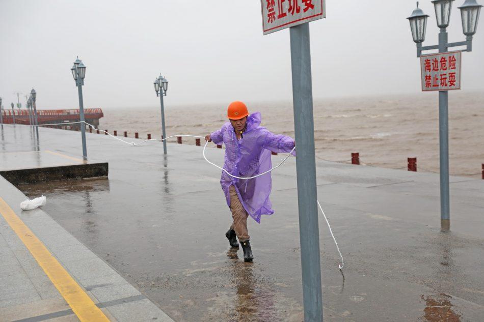 El tifón In-Fa azota China paralizando el este del país