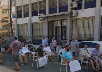 El Círculo Social de Pensionistas de las 500 Viviendas y El Tagarete Almería protestan por el cierre del bar social