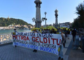 Una marcha ha reivindicado la paralización de la pasante de Metro ante el consejo del Gobierno Vasco en Miramar