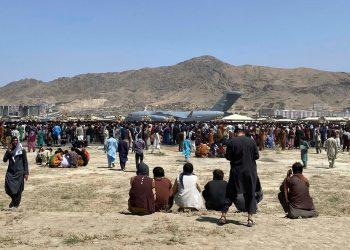 Miles de afganos siguen esperando ser evacuados de Kabul