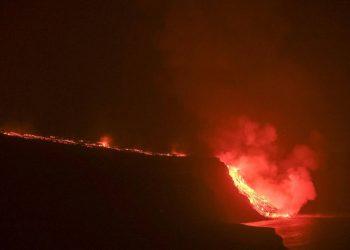 La lava llega al mar en una zona de acantilados en la costa de Tazacorte