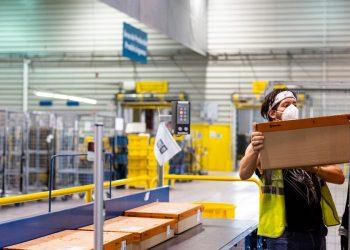 Correos vende la instalación de cajeros como herramienta contra la exclusión financiera rural al tiempo que elimina cientos de servicios postales rurales