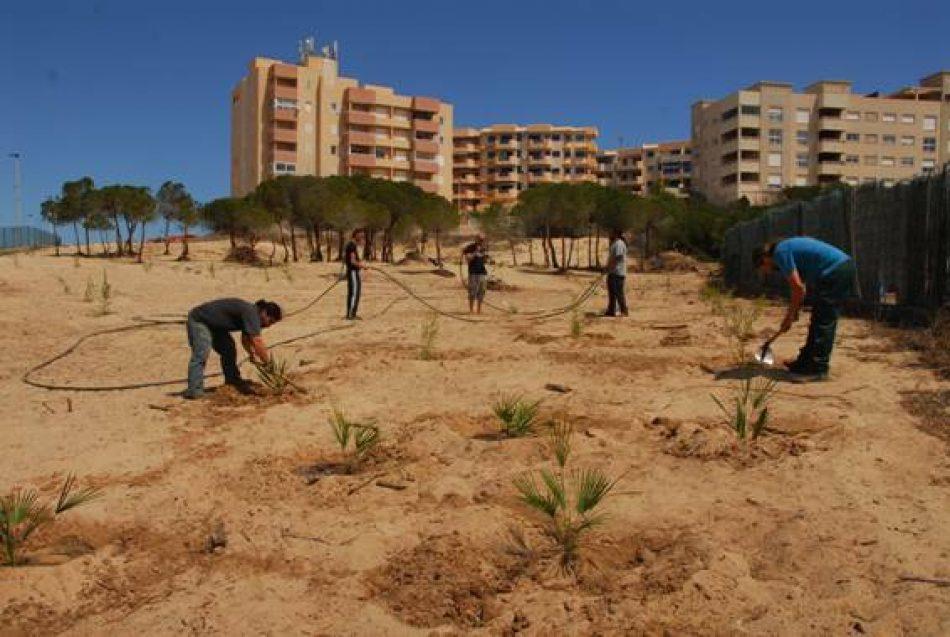 Asociaciones vecinales de La Manga y otros colectivos en defensa del Mar Menor, contra la implantación de un edificio multiusos en el Monte Blanco