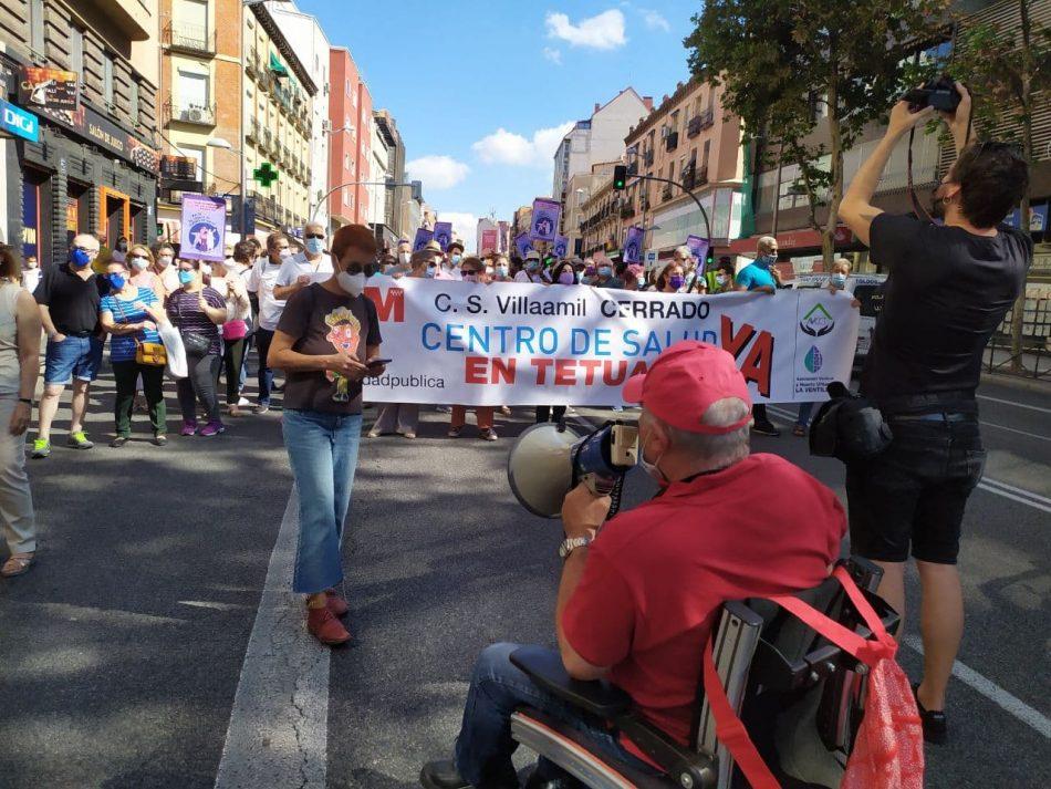 Un millar de vecinos y vecinas de Tetuán recorren las calles para reclamar la reapertura del Centro de Salud de Villaamil