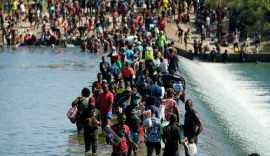Haitianos son recibidos con látigos y grilletes en la frontera sur de EEUU